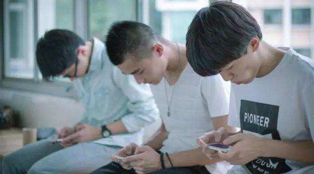 【近九成大学生减肥半途而废】近九成中学生拥有多种电子产品 用手机如何才