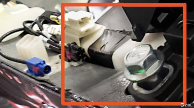 Model 3在拼装过程中行使电工胶带 来源:CNBC
