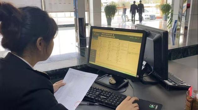 黄埔海关所属沙田海关关员审核退货申报数据。(图片来源:海关总署)