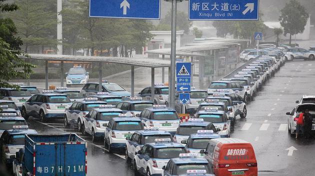 极端天气下排队等待充电的新能源汽车