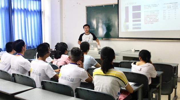 来自北京大学的幼导师为选择自然科学倾向的营员讲述《吾不是药神》背后关于药剂研发的故事。林荫公好微信号 图