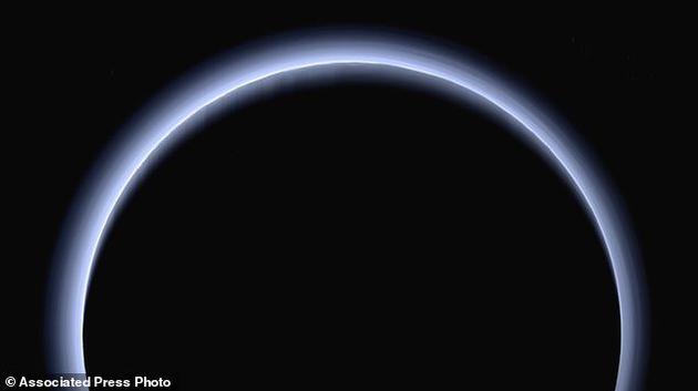 这张图片表现了阳光从背后照射冥王星留下的轮廓,此时新视野号正远隔冥王星,二者距离约为20万公里。