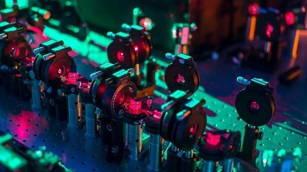 图为研究中采用的实验装备。科学家的研究显示,由多个可能未来组成的叠加态的权重由系统坍缩时、其中各个结果发生的可能性决定。