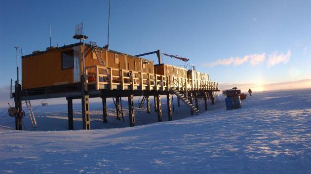 在搜寻神秘太空尘埃的过程中,科学家分析了500公斤南极高海拔地表积雪,在这个高度雪基本上不会受到来自地球尘埃的污染。