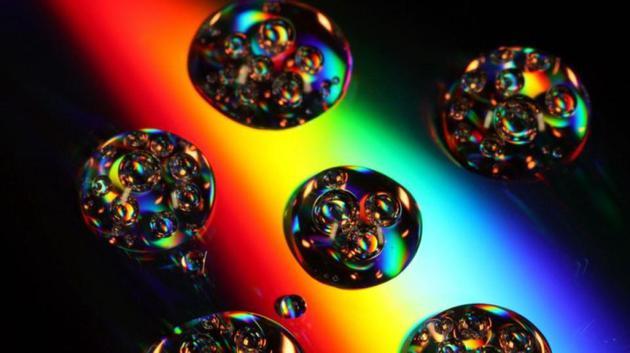 尽管在暴胀的时空中展望会展现很多自力的宇宙,但暴胀永久不会在联相符时间在所有地方终结,而是会在迥异的自力区域中终结,这些区域由赓续暴胀的空间分隔。这就是多元宇宙论的科学源头,也是为什么两个宇宙不会发生碰撞的因为。由于单个宇宙中粒子的相互作用,暴胀并不克创造出有余的宇宙来原谅所有能够的量子效果。