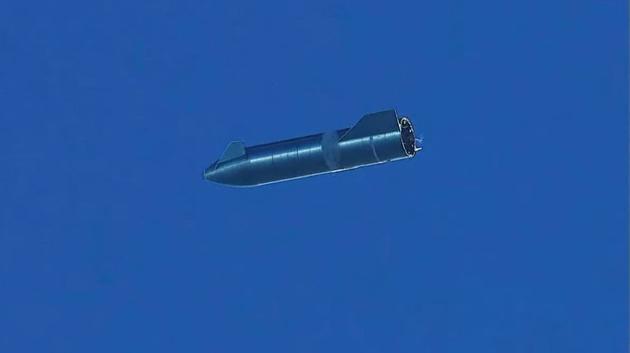 """星舰SN8成功进行了""""belly-flop""""式降落,即以腹部面对大气层,在最后时刻再次点火并制动调整姿态,回到发射点"""