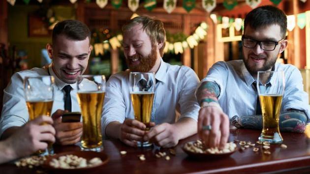 最新研究显示,每周有规律地过量饮酒会减少人们的寿命。