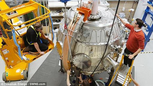 """托塔马克能源公司的ST40装置利用一种名为""""合并压缩""""的技术,达到了1500万摄氏度的惊人高温。该装置可释放极高温的环状带电气体云(即等离子体),使其相撞,迫使等离子体的磁场重新组合。"""