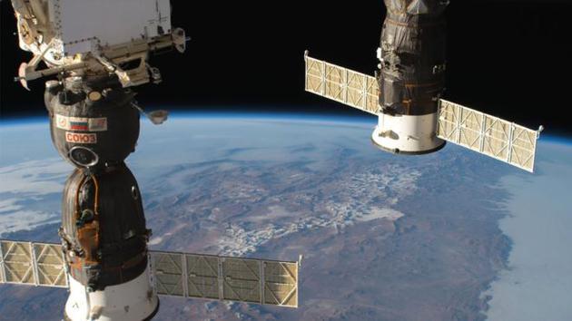 今年6月,俄罗斯联盟号飞船(左)将3名宇航员送上国际空间站。