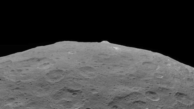 这张照片拍摄的是谷神星的一个重要标志——AhunaMons,这是2018年9月1日拍摄的,拍摄地点位于3570公里高空,当时黎明号正在沿着椭圆轨道上升。