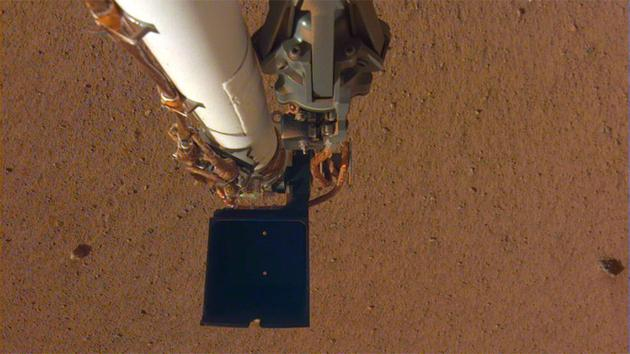 图中是洞察号探测器的死板臂,它操纵铲子搜集火星土壤样本。该图像拍摄于12月4日。