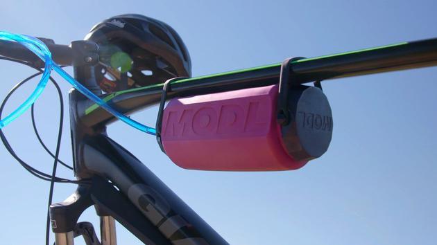 可用其自带的绑带固定于自行车上