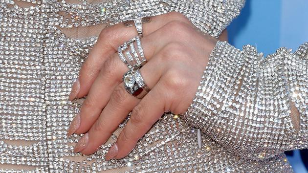图为女星詹妮弗·洛佩兹2014年5月21日参加在洛杉矶诺基亚剧院举办的《美国偶像》第十三季决赛时佩戴的铂金戒指。