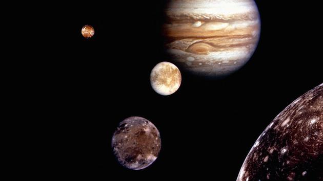 图中显示了围绕木星运行的众多卫星中的4颗,这颗行星为什么有这么多卫星呢?