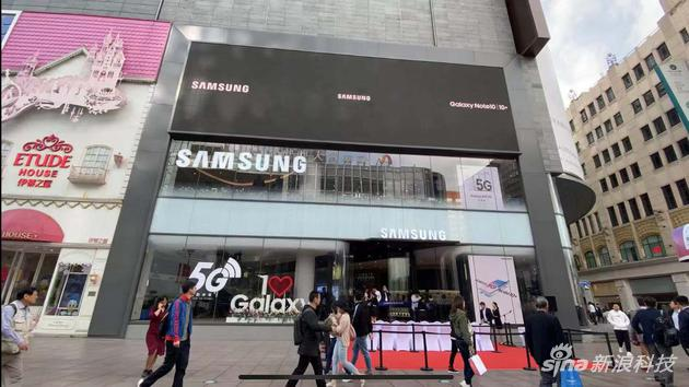 三星在上海开设中国最大旗舰体验店,发布A系列的首...