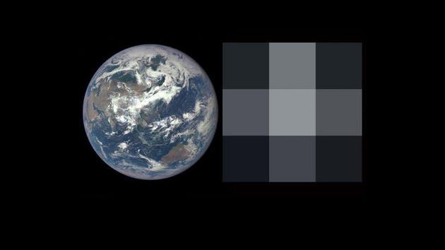 左侧为DSCOVR-EPIC照相机拍摄的地球照片。右侧为同一张照片像素降低到3×3的效果,类似于研究人员在未来观察系外行星时见到的情况。