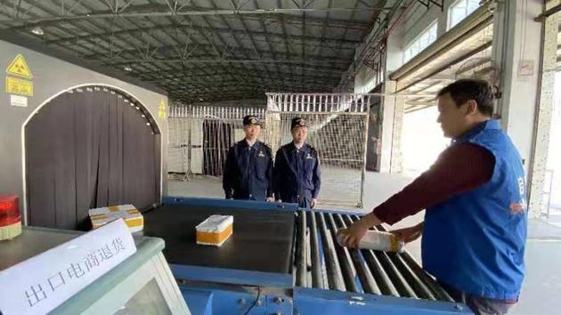 黄埔海关所属沙田海关关员通过CT设备检查退货包裹。(图片来源:海关总署)