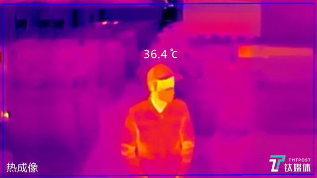 北京南站,工作人员通过智能红外测温仪监测到达旅客体温。通过AI体温检测,即便是佩戴帽子和口罩也能够快速筛查。(图/钛媒体编辑项欧,商汤科技)