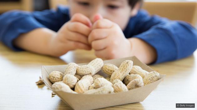 家长不应不给孩子吃花生,反而应该尽早让孩子尝试摄入过敏源食物。