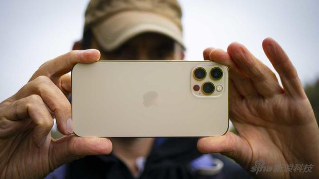 苹果可能在2022年某些iPhone上使用三星制造组件作为潜望镜式长焦摄镜头