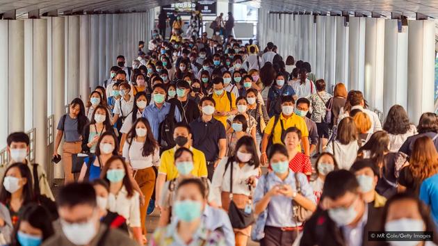 """有些言论称,疫情会导致大城市变成""""空城""""。但这种预测有耸人听闻之嫌,因为研究并未发现新冠疫情与人口密度之间存在关联。"""
