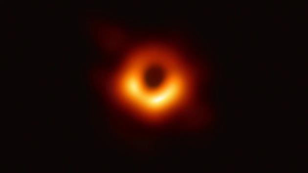 2019年,事件视界望远镜(EHT)捕捉到M87星系中心的超大质量黑洞阴影图像。