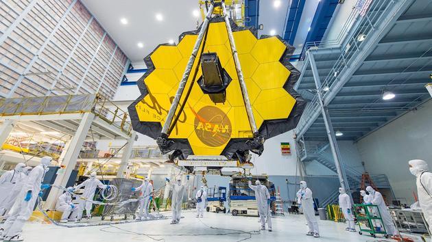 詹姆斯韦伯空间望远镜上的18面黄金镜片将捕获宇宙中最古老星系发出的红外光。