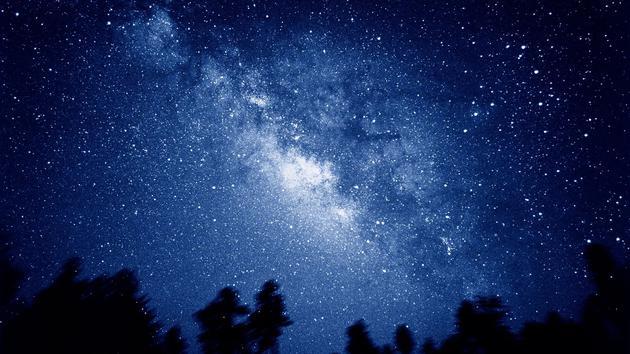 随着宇宙膨胀,我们的银河系正飞快地远离其他星系。