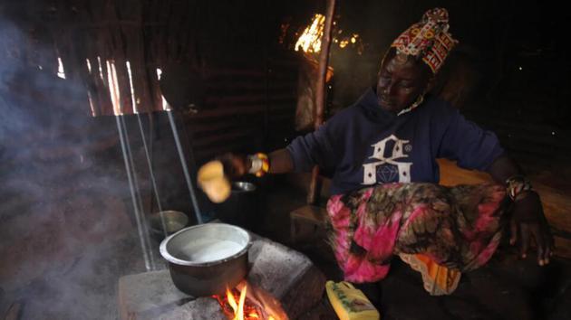 Ng 'iro Neepe用手给骆驼挤奶,然后把这种味道浓郁、甜味的液体放在小火上煮沸,做成奶茶
