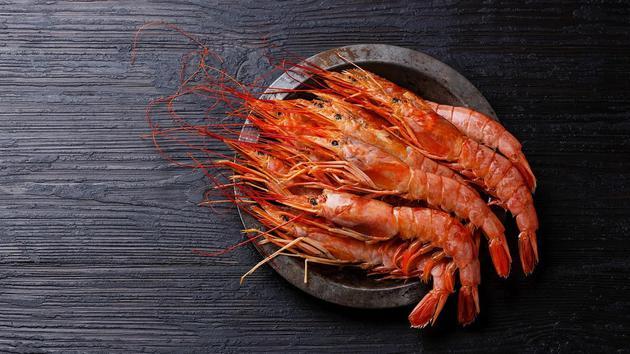 鱼之所以有益健康的另一个原因是,它可以代替我们饮食中不那么健康的食物。