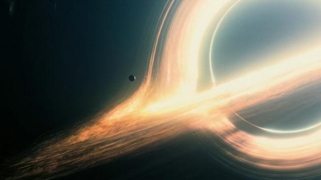 """在科幻电影《星际穿越》中一个发光气体漩涡进入""""卡冈都亚""""黑洞,由于黑洞周围的空间是扭曲的,所以我们可以观察它的远侧,看到的仅是该气体漩涡的一部分(被黑洞隐藏起来的)。目前,丹麦研究生阿尔伯特__斯奈本提出一个数学公式能恰当地描述黑洞如何影响宇宙中的光线"""