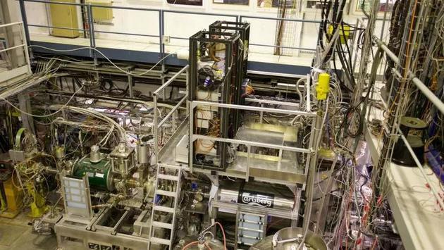 图中是欧洲核子研究中心反氢激光物理仪器(ALPHA),该仪器将反质子和正电子(电子的反物质对应物)结合在一起,形成一个反氢原子。。webp