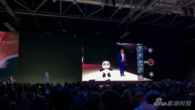 海外发布会余承东和3D建模的玩具熊猫合影