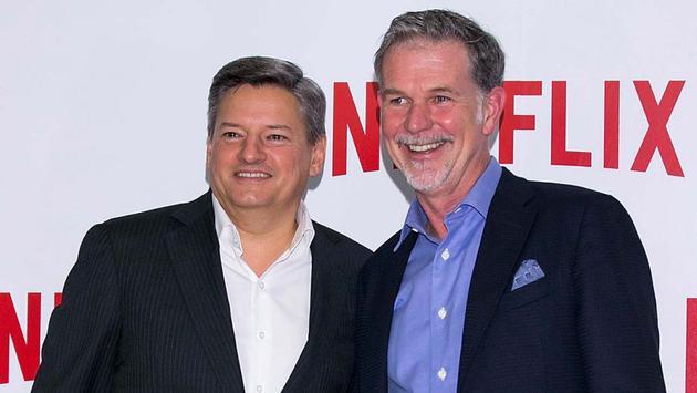 Netflix首席内容官泰德·萨兰多斯、首席执行官里德·哈斯廷斯。