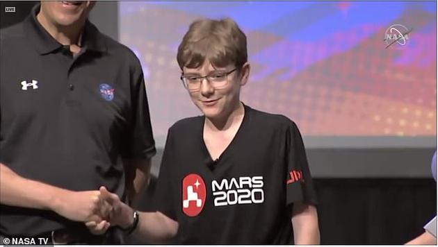 """""""毅力号""""的名字是从一场""""为火星车命名""""的作文比赛中挑选出来的,该比赛收到了28000名小学生的参赛作品。今年3月,""""毅力号""""这个名字在一次直播中被曝光。七年级学生亚历克斯·马瑟(Alex Mather)选择了这个名字,他在获奖作文中将火星车比作人类。"""
