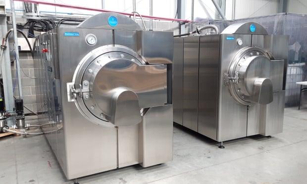 """這是""""堿性水解機(Resomator)"""",是一種環保型喪葬裝置,主體是一個加壓罐,尸體被浸泡在150攝氏度的水和氫氧化鉀溶液中3-4個小時,直到尸體溶解,最終留下柔軟的灰色骨骼殘渣。"""