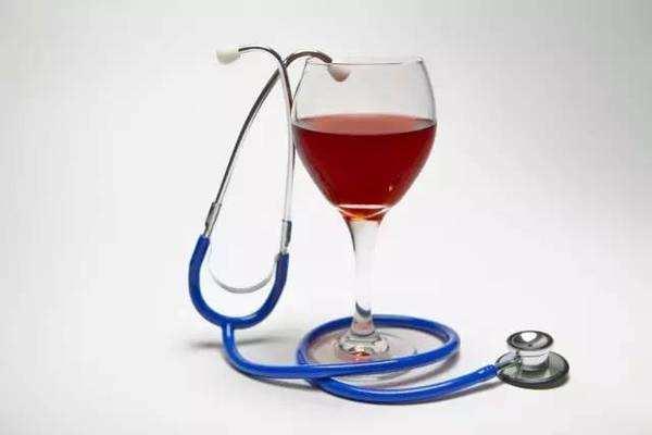 一篇研究报告指出,与重度饮酒者和非饮酒者相比,适度饮酒者患老年痴呆症的概率较低。但是这可能是因为适度饮酒者倾向于健康生活方式,很少吸烟,饮食健康营养均衡。