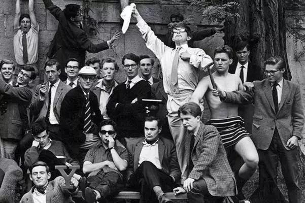 牛津大学俱乐部的伙伴们白色衬衣挥舞手帕的是霍金