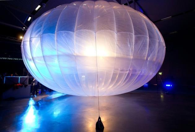 """在新西兰基督城空军博物馆展出的""""Project Loon""""项目气球,这其实是一个高空无线互联网集线器。"""