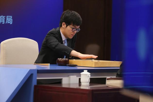 人机大战第一局:AlphaGo执白1/4子战胜柯洁的照片 - 12