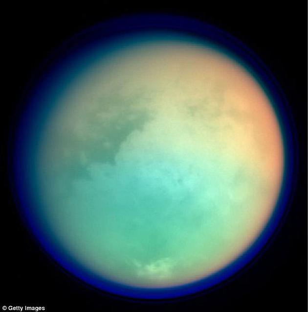 土卫六周围包裹着一层厚厚的大气,地面上有液态甲烷形成的湖泊。