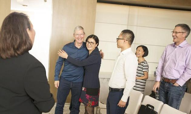 苹果公司首席执行官蒂姆?库克与蓝思科技董事长周群飞拥抱
