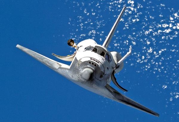 """从国际空间站看到的正在实走STS-120义务的""""发现号""""航天飞机。"""