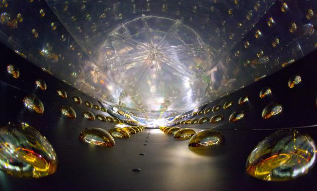这张照片显示的是一个圆柱形反中微子探测器的内部。每种味的中微子都相应存在一种同样电中性且自旋量子数为1/2的反中微子。