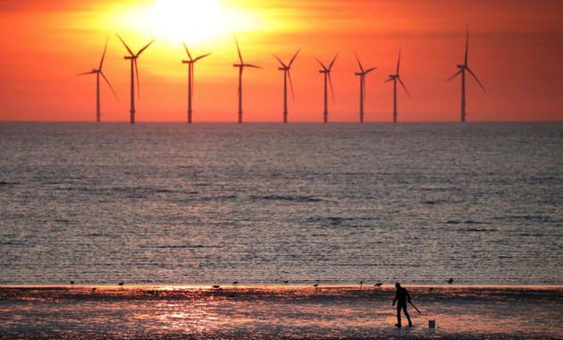 2018年5月22日,在英国新布赖顿,斜阳的余晖映衬着海优势力发电站机组。新华社/路透