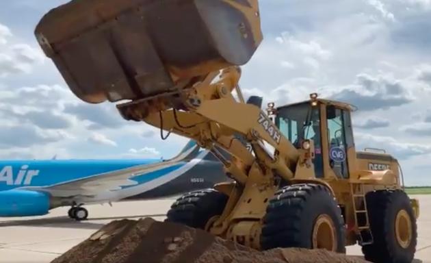 亚马逊航空货运中心破土 贝索斯跳上装载机铲土