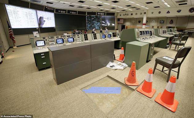 2019年6月17日,美国国家航空航天局约翰逊航天中心,正在进行修复的阿波罗计划任务控制室