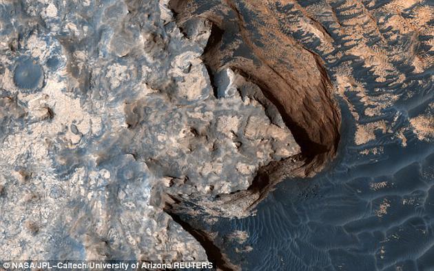 """虽然阳光不能抵达该区域,但是最新研究表明,火星表面之下蕴藏大量溶解氢,它将成为维持地下微生物的""""电子供体(electron donor)""""。"""