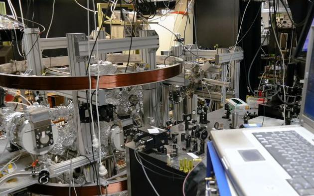 量子隧穿实验用光脉冲轰击氢原子,然后用显微镜测量它们的动量。