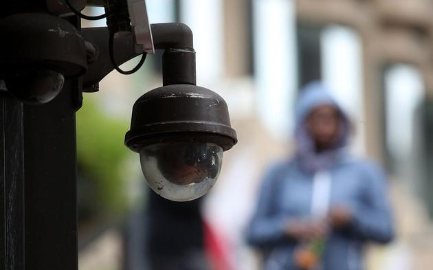▲当地时间2019年5月14日,美国添利福尼亚州旧金山,监控摄像机悬挂在。一栋修建的侧面。旧金山城市监督委员会息争是否不准当局部分购买和使用人。脸识别技术进走投票外决。 图/视觉中国